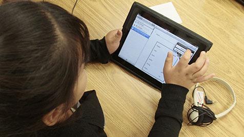 Erstklässler in Schweden lernen Schreiben mit iPad (Bild: AP)