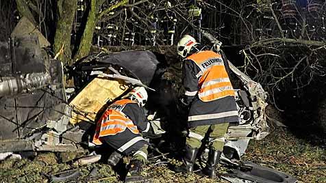 Horror-Crash mit Cabrio in OÖ: 2 Tote und 2 Verletzte (Bild: APA/FEUERWEHR STEYREGG)