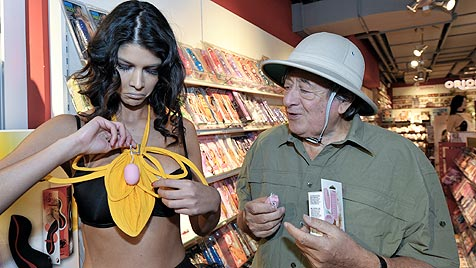 Micaela verwandelt Lugner-Sexshop in Dschungelcamp (Bild: APA/HERBERT NEUBAUER)
