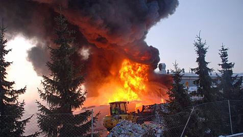 Gelagerte Batterien lösten Großbrand in Leopoldsdorf aus (Bild: Thomas Lenger)