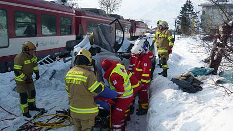 Pkw in Salzburg von Zug erfasst - zwei Dänen verletzt (Bild: FF Zell am See)