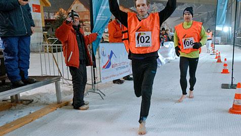 Deutscher lief fünf Kilometer barfuß durch den Schnee (Bild: EPA)