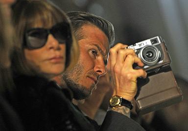 Klein Harper Seven stiehlt Papa David Beckham die Show (Bild: AFP)