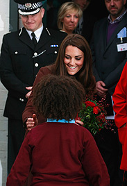 Kleiner Charmeur schenkt Herzogin Kate Liebescupcake (Bild: AP)