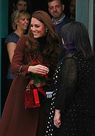 Kleiner Charmeur schenkt Herzogin Kate Liebescupcake (Bild: AP, EPA)