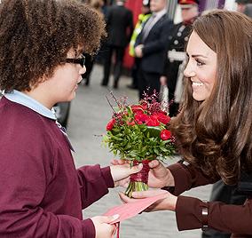 Kleiner Charmeur schenkt Herzogin Kate Liebescupcake (Bild: AFP)