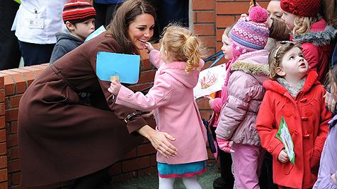 Kleiner Charmeur schenkt Herzogin Kate Liebescupcake (Bild: EPA)