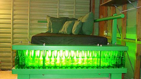 Neuseeländer baut aus Bierflaschen ein Bettgestell (Bild: TradeMe)
