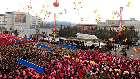 Nordkorea feiert Kim Jong Ils 70er mit Ballons und Bier (Bild: EPA)