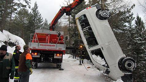 Kleinbus stürzt über steilen Abhang 20 Meter in die Tiefe (Bild: Einsatzdoku.at)