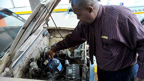 Südafrika: Polizei stoppt unfassbares Schrottauto (Bild: Emilie Hendricks)