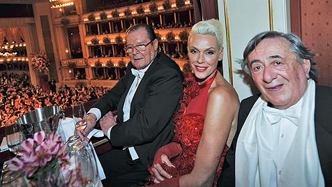 Wenig Aufregung um Richard Lugner und seine Gäste (Bild: APA/HERBERT NEUBAUER)