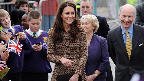 Kinder entlocken Kate den Namen ihres Hündchens (Bild: EPA, AP)