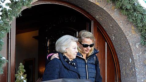 Königin Beatrix tröstet geschockten Freund von Friso (Bild: AP)