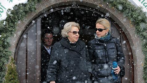 Königin Beatrix tröstet geschockten Freund von Friso (Bild: EPA)