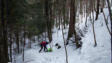 Mann kracht mit Rodel gegen Baum - schwer verletzt (Bild: Leitner, BRK BGL)