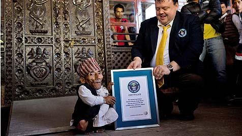 Nepalese ist nun der kleinste Mensch der Welt (Bild: EPA)