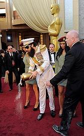 """Sacha Baron Cohen verstreut  """"Asche"""" von Kim Jong Il (Bild: dapd)"""
