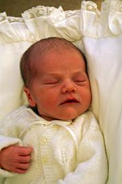 So herzig ist Prinzessin Victorias Töchterchen Estelle (Bild: EPA)