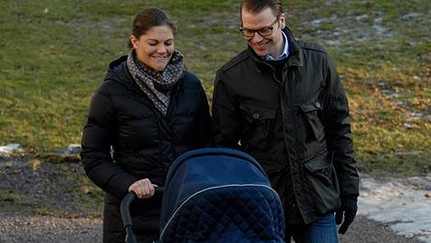 Der erste Ausflug in den Schlosspark mit Baby Estelle (Bild: Kungahuset)