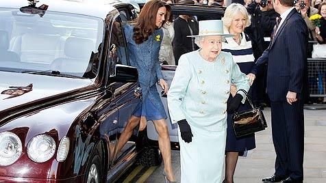 Queen, Camilla und Kate gemeinsam im Kaufhaus (Bild: AFP)
