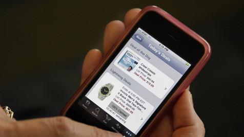Smartphone wird immer öfter zum Einkaufsberater (Bild: AP)