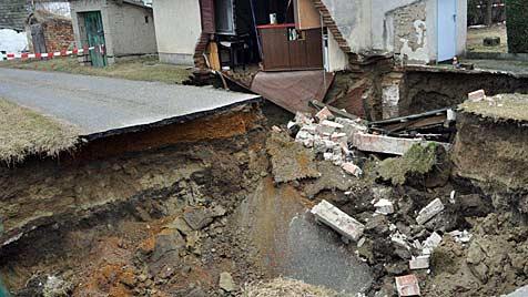 Zwei Presshäuser und Keller in NÖ eingestürzt (Bild: APA/GEORG JUNGMAYER)