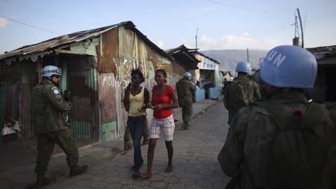 UNO zahlt künftig Hilfsgelder in Haiti per Mobiltelefon aus (Bild: AP)