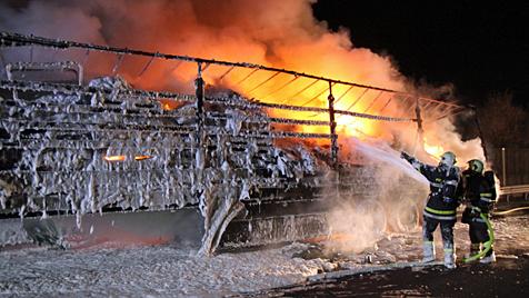 Lkw-Anhänger fängt Feuer und brennt fast völlig aus (Bild: Matthias Lauber)