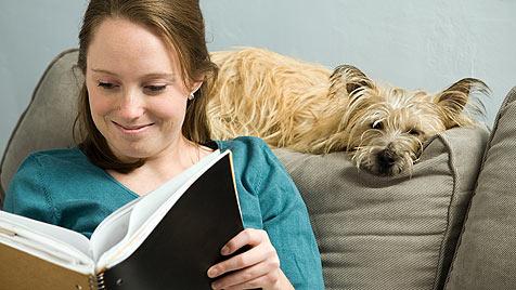 Therapiehunde als Publikum für Kinder mit Leseschwäche (Bild: thinkstockphotos.de)