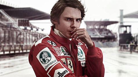 Wie echt: Daniel Brühl als Niki Lauda nach Feuerunfall (Bild: © 2011  Egoli Tossell Film / Photo by  Phil Fisk and Stephanie K)