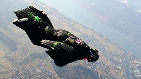 Schweizer segelte im Wingsuit über die Alpen (Bild: AP)