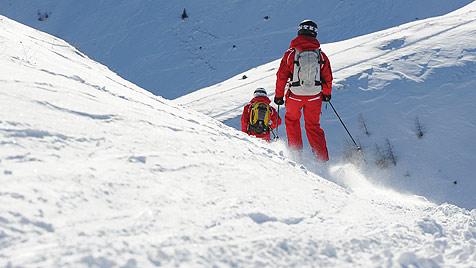 Mann aus NÖ beim Skifahren in Tirol tödlich verunglückt (Bild: APA/BARBARA GINDL)