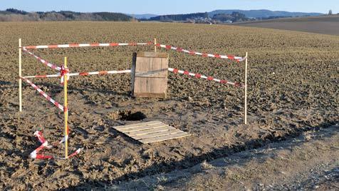 Sechs Meter tiefes Loch in Acker gibt in OÖ  Rätsel auf (Bild: APA/SOLIDPICTURES.AT/ERTL)