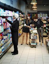 Karl Lagerfeld zum ersten Mal in einem Supermarkt (Bild: Twitter)