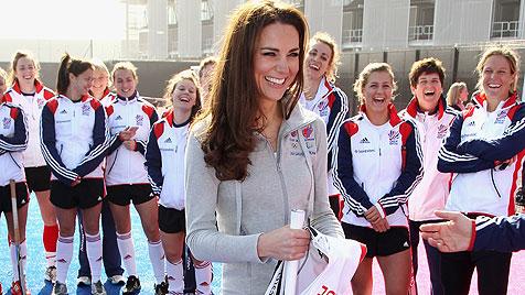 Kate trainiert mit britischem Damen-Hockey-Team (Bild: dapd)