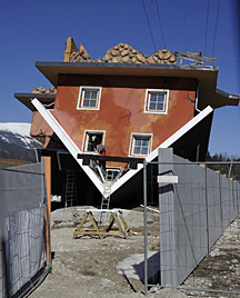 Tirol: Auf dem Kopf stehendes Haus soll Touristen anlocken (Bild: APA/ROBERT PARIGGER)