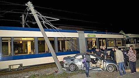 Bei Kollision mit Zug gegen Strommast geschleudert (Bild: Stefan Schneider)