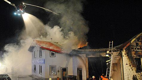 Kfz-Werkstätte in OÖ abgebrannt - enormer Schaden (Bild: APA/BFKDO SCHÄRDING)