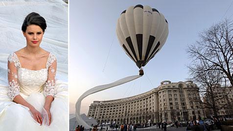 Modehaus zeigt Brautkleid mit 2,8-km-Schleier (Bild: EPA)