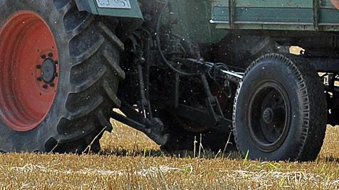 Radfahrerin von Traktor-Anhänger überrollt - tot (Bild: dpa/David Ebener)