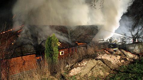 Defekter Traktor löst in NÖ Brand auf Bauernhof aus (Bild: BFKDO Scheibbs/Lukas Hürner)
