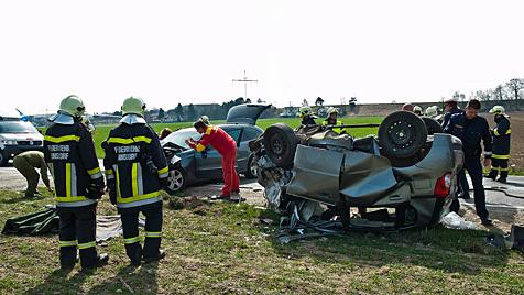 Eine Tote und zwei Schwerverletzte bei Unfall in NÖ (Bild: APA/WERNER KERSCHBAUMMAYR)