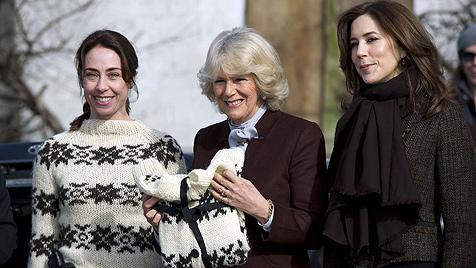 Was macht denn Herzogin Camilla da mit einer Pistole? (Bild: AP, EPA)