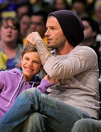 Becks busselt und knuddelt Sohn Romeo bei Game (Bild: dapd)