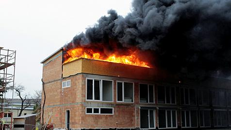 Dachstuhlbrand hielt Feuerwehren in NÖ auf Trab (Bild: Freiwillige Feuerwehr Krems)