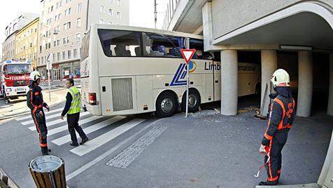 Belgischer Reisebus kracht in Salzburg in Viadukt (Bild: Markus Tschepp)