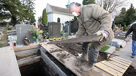 Leichnam von Alois F. am Schwechater Friedhof exhumiert (Bild: Martin A. Jöchl)