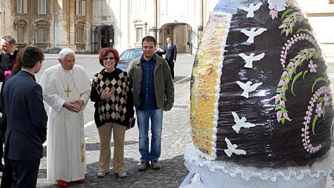 Papst bekam 250 kg schweres Schoko-Osterei geschenkt (Bild: EPA)