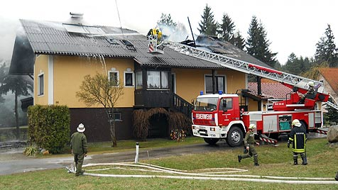 Wohnhausbrand im Waldviertel durch Zigarette ausgelöst (Bild: APA/FF HEIDENREICHSTEIN)